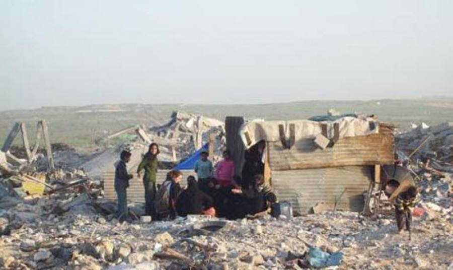 Палестинская семья возле временного жилища в секторе Газа