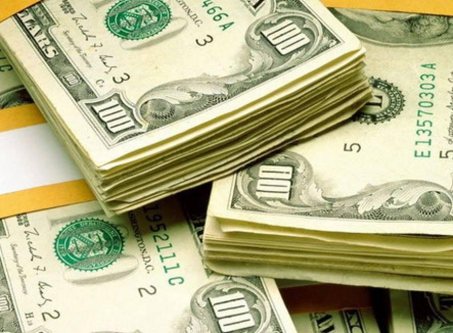 Заполгода белорусы продали валюты на USD 634 млн больше, чем приобрели