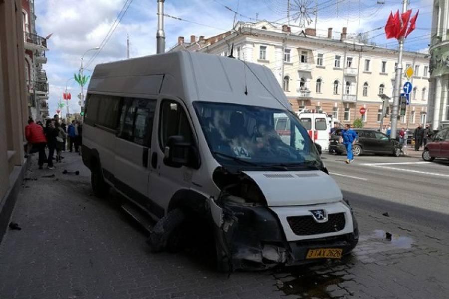 Вцентре Гомеля автомобиль столкнулся смаршрутным такси